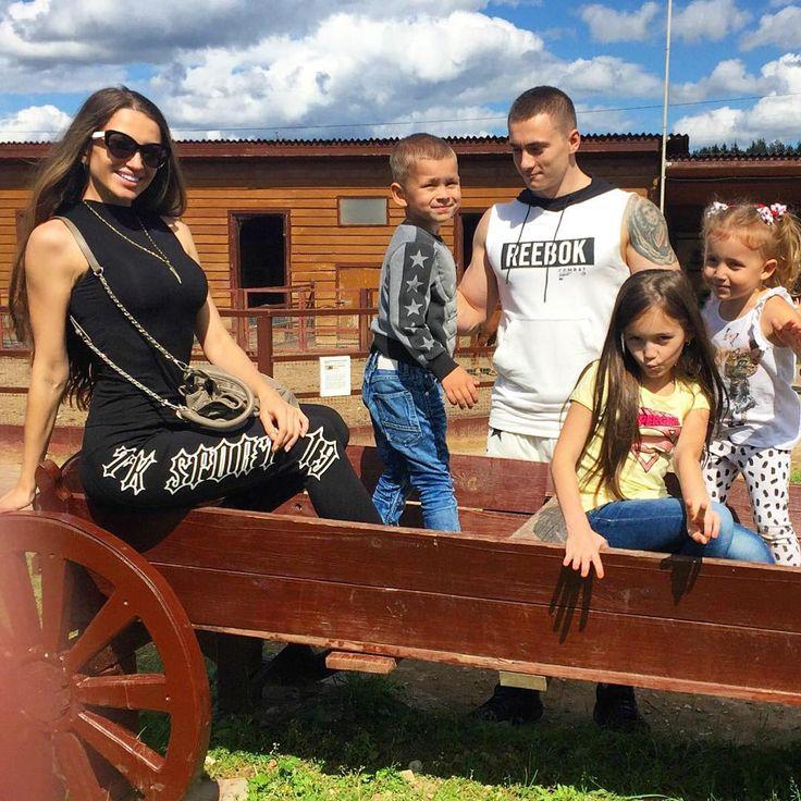 """Елена Рыбальченко и ее семья.  """"Не существует правильного образа жизни, правильного стиля в одежде, правильной веры, модели отношений и пр. Что делает меня счастливой - то для меня  правильно."""""""