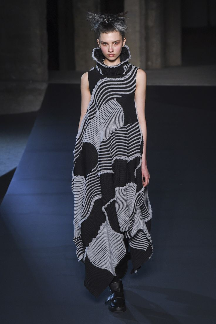 Issey Miyake Fall 2018 Ready To Wear Fashion Show In 2020 Fashion Japanese Fashion Designers Knitwear Fashion