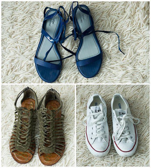 Универсальные кеды Converse, подходящие как к шортам, так и к брюкам, синие резиновые босоножки Jason Wu for Melissa, которые можно носить и в городе, и на пляже, а также зеленые замшевые сандалии Sam Edelman.