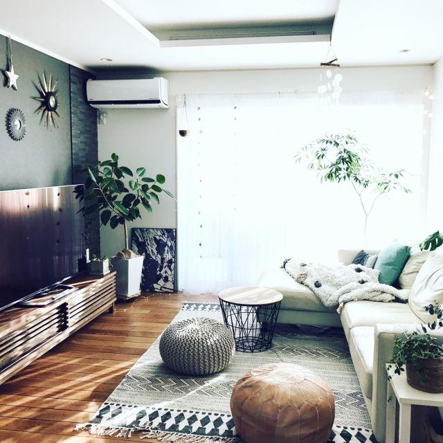 nicochanさんの、リビング,観葉植物,オーナメント,ソファ,ラグ,アクセントクロス,テレビボード,プフ,無垢の床,ポスターのある部屋,レザーソファー,グリーンのある暮らし,Instagramやってます,グレー好き,グレーの壁紙,insta→ia_imuya,のお部屋写真