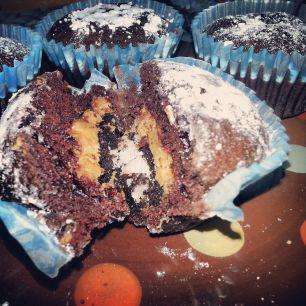 Muffins de chocolate con galleta oreo y crema de cacahuete