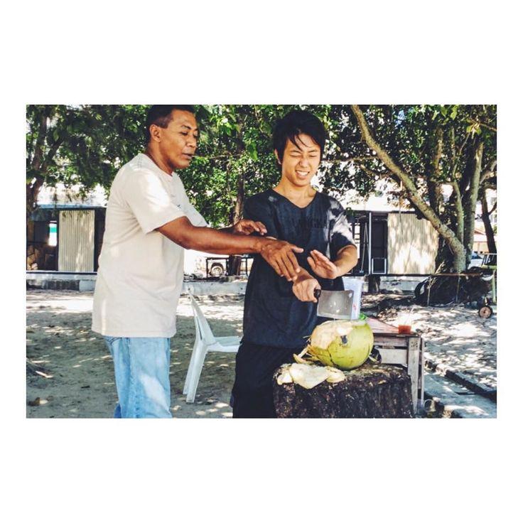 侍スキルでココナッツ割ってみたV(_)V Made a SAMURAI chopping on the Coconut ! YouTube video is being uploaded :) 今日はいつもお昼ご飯を食べさせてもらっているところで ココナッツ割りを体験させてもらえました  僕はアメリカのTVショーSurvivorの大ファンで ココナッツを割るのが夢だったので血湧き肉踊りました  ココナッツを割っていた少年に協力してもらったんですが 僕の愛する従兄弟なおたろうと同じ年齢ということでビックリしました  動画も撮影してあるので 侍チョッピングの様子を Youtubeチャンネルでもお楽しみくださいV(_)V  #料理教室#クッキングレッスン #クッキングレッスン #海外移住 #ランカウイ島#ランカウイ島 #ランカウイ島サイコーです #ココナッツラテ #ココナッツオイル #ココナッツ #ココナッツアイスバー #ココナッツヨーグルト #ココナッツスムージー #ココナッツ味 #ココナッツ味 #ココナッツティー #ココナッツマンゴー #ココナッツスープ #ココナッツの香り…