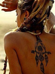 Attrape rêve et plumes indiennes et symbole multiples dans Trouver une idée de tatouage d'attrape-rêve et plume indienne parmi 20 magnifiques exemples