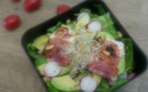 Gebakken geitenkaas salade met spek en avocado. Koolhydraat arm gerecht deel van de weekmenu's op gobento.nl