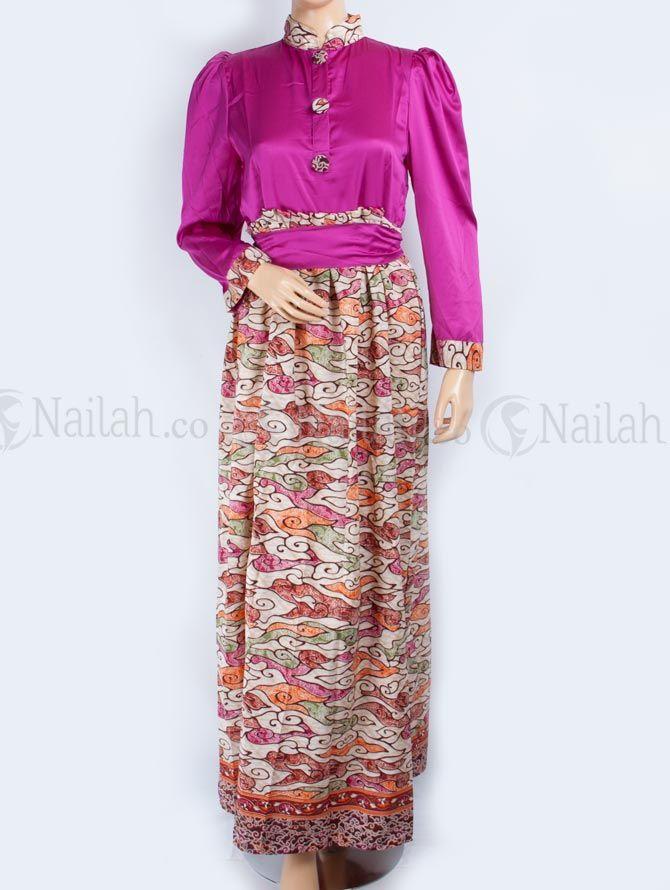 Gamis Pesta Batik Safiya Rp 209,000 Gamis pesta bermotif batik yang unik dan elegan  Detail: - kancing hidup di bagian depan - kerah shanghai - pita di bagian pinggang  Bahan: velvet Website: www.nailah.co SMS/WA: 0878 8718 2020 / BB: 748A8C99 FB: Nailah Indonesia IG/Twitter: @nailahco