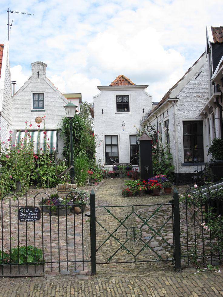 't hofje in Den Burg, met een B&B van Juul Swarthof in de middelste woning