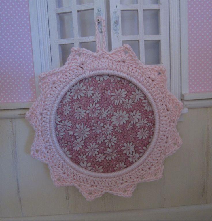 Petit cadre rose pale avec bordure au crochet : Décorations murales par atelier-crochet