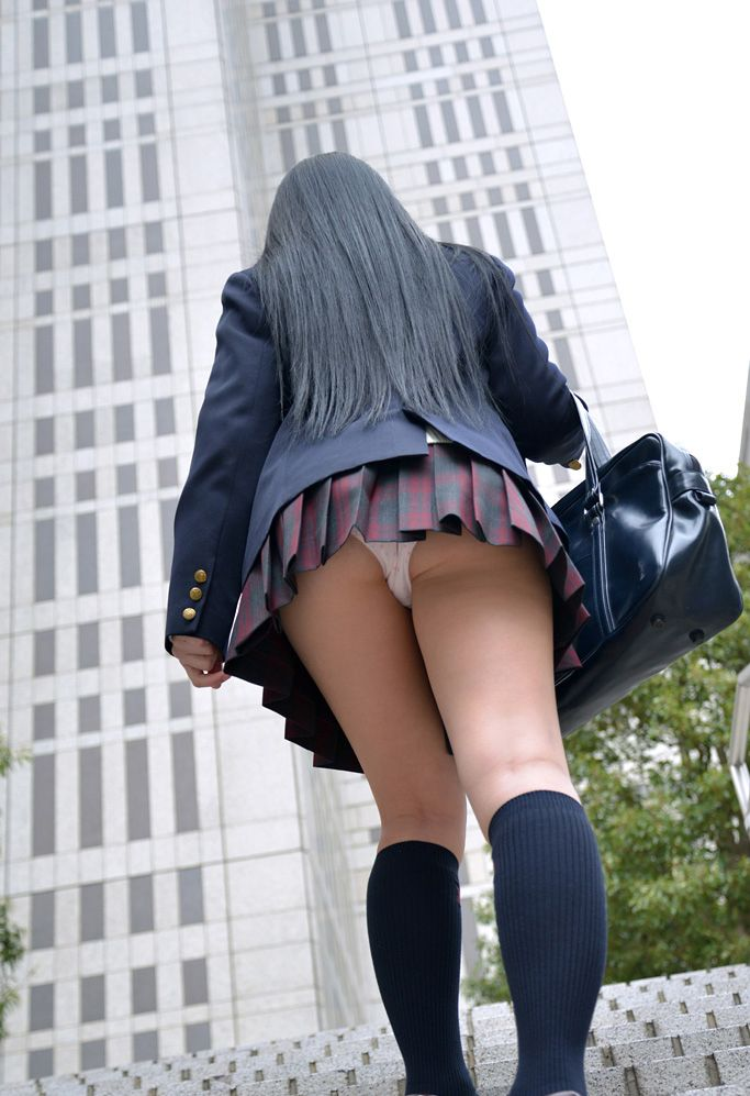 Can Japanese short skirt upskirt apologise, but