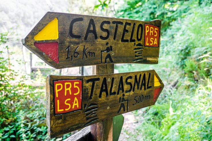 Hick's Law: This sign in Portugal is an example of Hick's Law.  With only 2 options, a decision can be made very quickly.