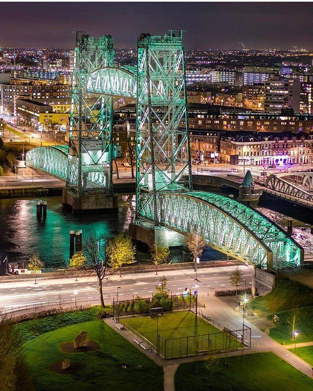 De Hef, weer prachtig verlicht! ▫ #Rottergram by @tim_kreike . . . . . #rotterdam #deHef #brug #visualambassadors #licht #bridge #lights #green #portofrotterdam #urbanphotography #Roffa #rotturban #skylinerotterdam #architectureporn #Architecture #rotterdamcity #architecturelovers #koninginnenbrug #noordereiland #hefpark