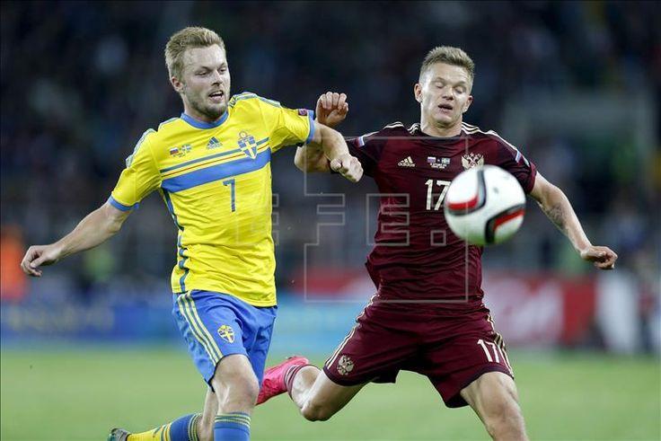 El ruso Oleg Shátov (d) en acción contra Sebastian Larsson de Suecia durante la ronda de clasificación del Grupo G para el Eurocopa 2016 en el Otkrytie Arena en Moscú. EFE