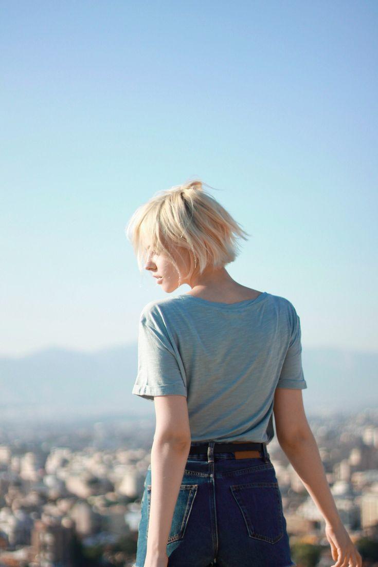 Девушка блондинка с короткой стрижкой картинка
