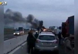 8-Apr-2013 12:44 - MILJOENENBUIT BIJ HONDSBRUTALE OVERVAL GELDWAGENS. Rookbommen, snelwegblokkades en een miljoenenbuit. Een met militaire precisie uitgevoerde dubbele overval op geldwagens in Italië.