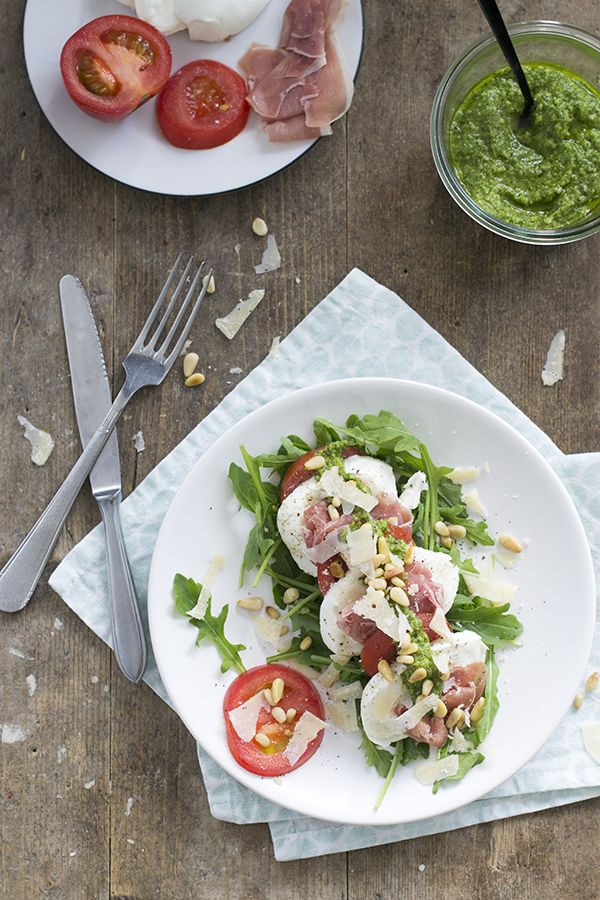 Recept voor een snelle caprese salade met parmaham en pesto. Lekker als lunch of als voorgerecht. Of maak een grotere versie zodat iedereen kan opscheppen.