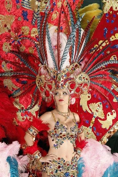 Foto de candidata ao posto de Rainha do Carnaval de Santa Cruz de Tenerife, na Espanha - http://glo.bo/VLuJBK (Foto: EFE/Cristóbal García)