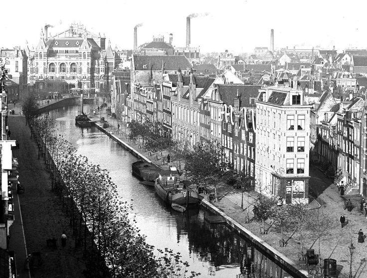 Lijnbaansgracht 247 t/m 286, gezien vanaf de Melkinrichting van de Onderlinge Vereeniging van Veehouders (Weteringschans 81-89) naar de Stadsschouwburg, Leidseplein 26. Rechts de ingang van de Korte Leidsedwarsstraat. Links de Zieseniskade. (6 november 1894.)