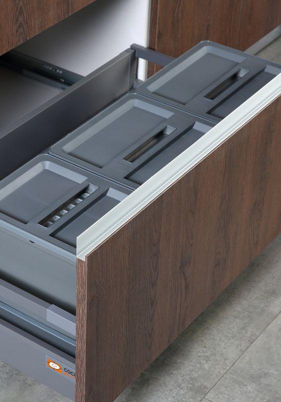 """""""Cajón reclaje"""" Con los sistemas de cubos de Cocinas.com podrás separar los residuos fácilmente. Resulta especialmente cómodo en el uso diario, porque puedes depositar la basura sin necesidad de agacharte. Puedes arrastrar directamente los desechos desde la encimera al cubo de reciclaje. Más rápido y más limpio imposible."""