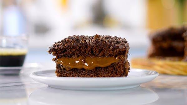 Receta con instrucciones en video: Chocolate + Café, ¡una de las combinaciones mas sabrosas del universo! Ingredientes: 1 huevo, 1 taza de azúcar, 1 taza de leche, ⅓ taza de aceite, 1 cucharadita de extracto de vainilla sopa, 2 tazas de harina, ½ taza de polvo de cacao, 1 cucharada de café instantáneo, 1 cucharada de levadura, 2 tazas de leche dulce de confitería, 1 ½ taza de ganache de chocolate semidulce, Golosinas de cacao