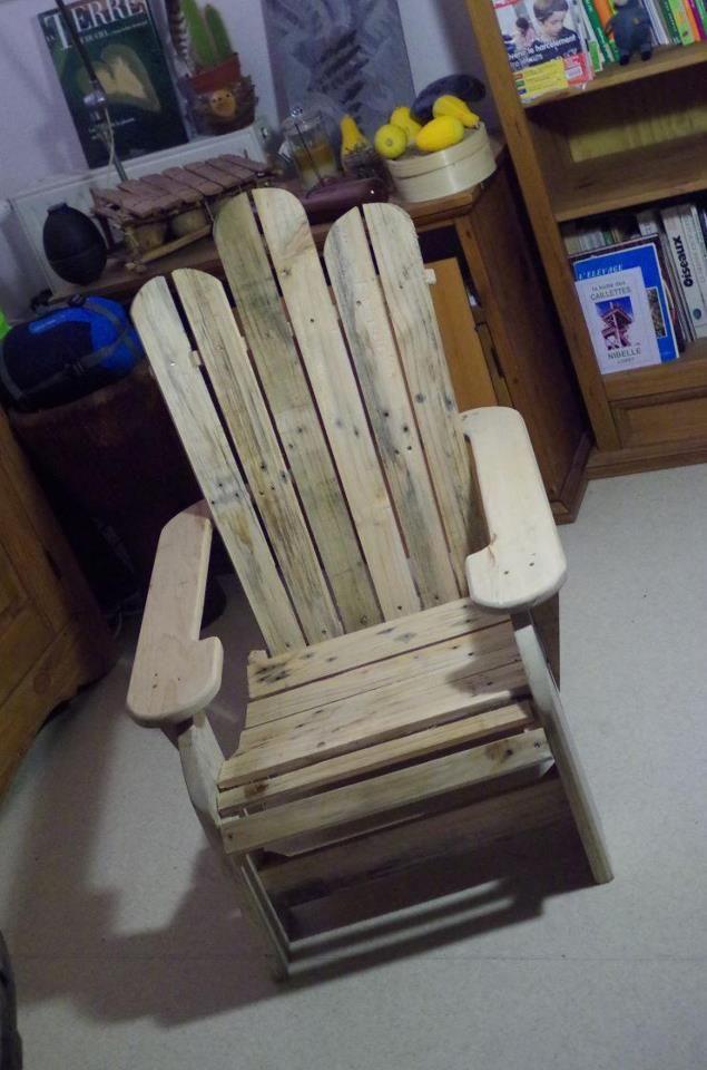 Une chaise de patio en bois de palette recycl diy for Fabrication chaise en bois de palette