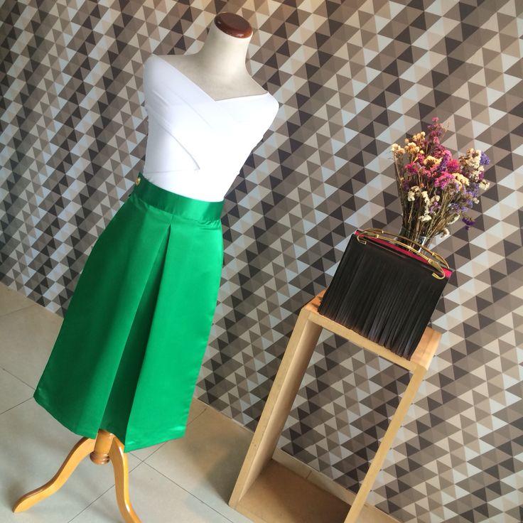 Body cruzado + falda Midi esmeralda metalizado moda y diseño venezolano   Lasmercedes@disenomm.com  Pronto nos mudamos al Centro San Ignacio - Caracas y gran apertura en Lechería Edo. Anzoátegui.   #moda #mm #fashion #trendy #venezuela #venezolana #pinterest #instagood #carteras #blusas #diseño #diseñovenezolano #buenvestir #camisa #pants #accesorios #zarcillos #collares #pulseras #jewelry #good #demoda #cool