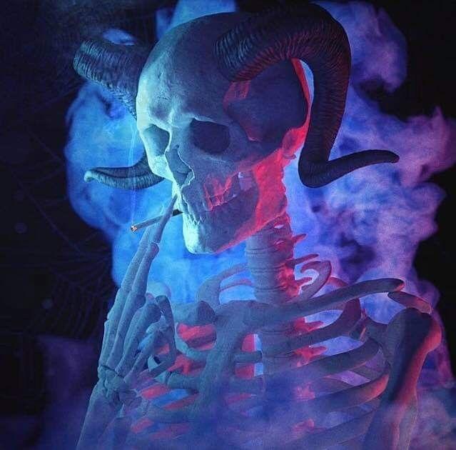 Фото курящего скелета