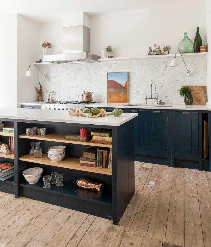 Fint med hyllor på köksön, vi skulle kunna ha liknande planering.
