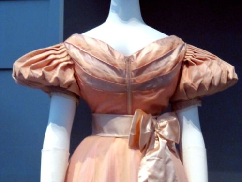 Good view of the angled pleat under the arm.