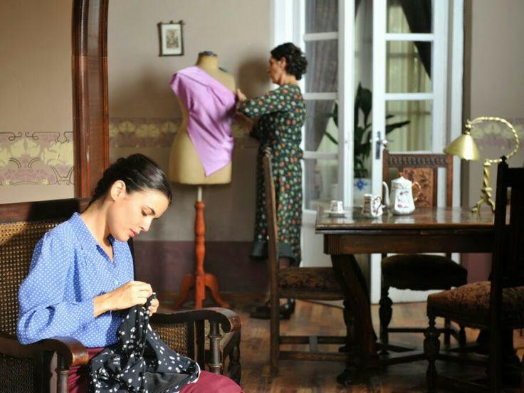 Sira empezando a coser con su madre