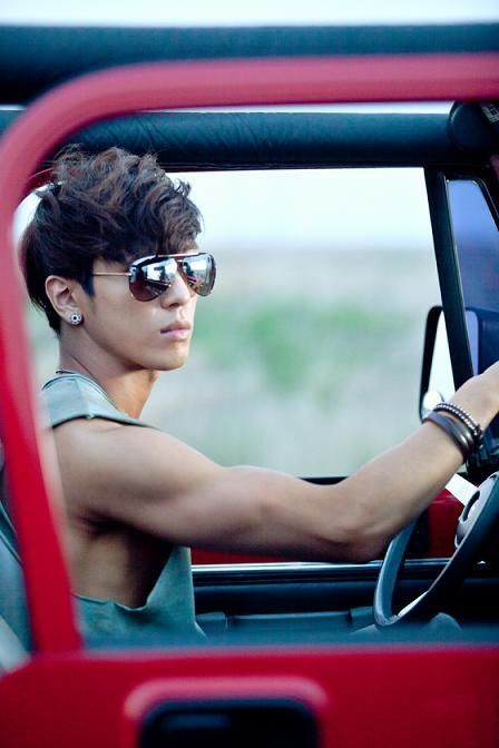 CNBLUE Jung Yonghwa.. Gosh, look at his arm!