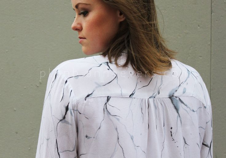 """Hello DIY'ers! Following the last post """"Inspiration marble print"""" I wanted to sign up for this trend too. I made a DIY painting a shirt with this marble motif... There are many ways and techniques ..."""