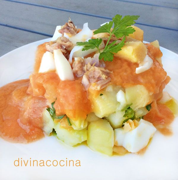 Estas patatas aliñadas con salmorejo las sirven en Sevilla como tapa en algunos bares. El samorejo sirve de aderezo al plato, y se decora a tu gusto con los 'tropezones' que más te gusten.