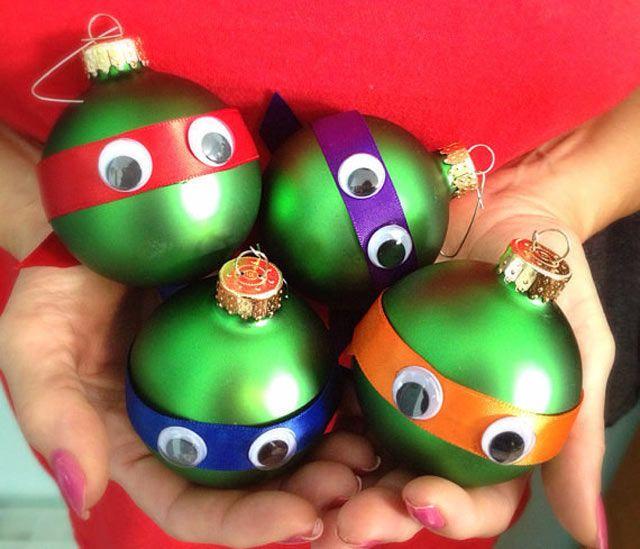 Raphael, Donatello, Leonardo ou Michelangelo? Não importa sua Tartaruga Ninja favorita, você pode transforma qualquer bola verde de Natal com fitas de cetim e olhos de plástico.