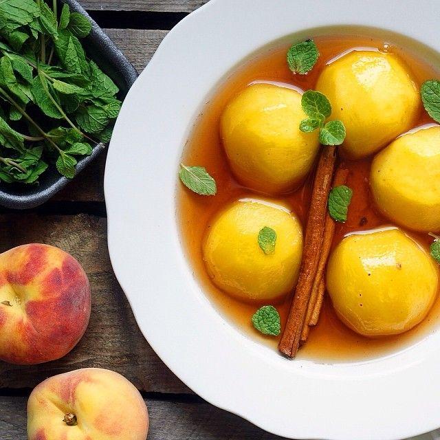 марокканский персиковый суп с мятой  5 персиков, лимон, 150 гр. сахара, 100 мл. вина, корица, мята. Персики очищаем от кожуры, режем пополам и варим в соусе (вино, сахар, цедра, сок лимона, мята, корица) минут 5. Подавать холодным!