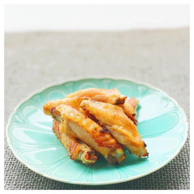 野菜だしの袋を破って取り出した粉末だしとオリーブオイルで鶏手羽肉をマリネし、オーブンでこんがり焼いただけ!野菜の旨味が肉の旨味と相まって、何とも言えない美味しさ!お肉も信じられないくらい柔らかくしっとり仕上がります❣️私の書籍の中でも人気のレシピです😋今日はちょい飲みのお供にしまーす😘  #dashi #だし #和食 #japanesefood #deliciousfood #yummy #instafood #foodstagram #foodpics #おうちごはん #家庭料理 #instagramers #delicious #wasyoku #おつまみ #鶏肉 #野菜だし #vegetables #野菜 #肉 #茅乃舎 #茅乃舎だしで毎日ごちそう