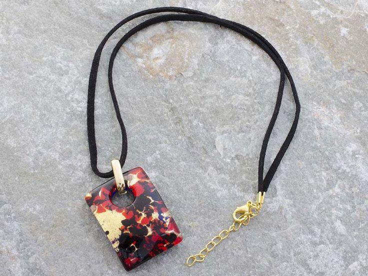 Collana pendente in vetro di Murano a piastra di rettangolare bombata con sfumature rosso vivo. Il cordino è in alcantara di colore nero