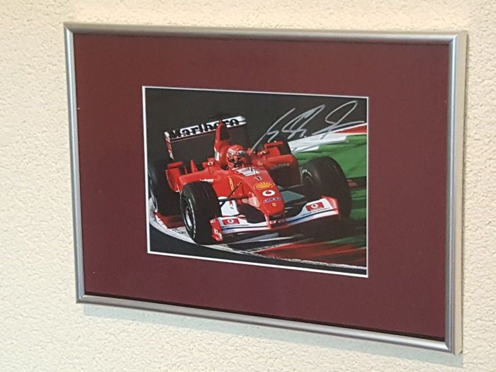 Michael Schumacher - Benneton/Ferrari 7-Voudig Wereldkampioen Formule 1 - prachtige ingelijste hand gesigneerde foto COA.  Michael Schumacher (Hürth-Hermülheim 3 januari 1969) is een voormalig Duits autocoureur die van 1991 tot en met 2006 en van 2010 tot en met 2012 actief was in de Formule 1. Hij werd zeven keer wereldkampioen en heeft nog vele andere records op zijn naam staan. Op 29 december 2013 liep Schumacher bij een skiongeluk ernstig hersenletsel opDit kavel betreft een prachtig 3D…