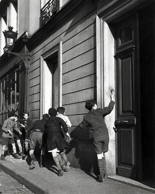 Robert Doisneau, La Sonnette, 1934 (A Photographer's Life, pl. 84)