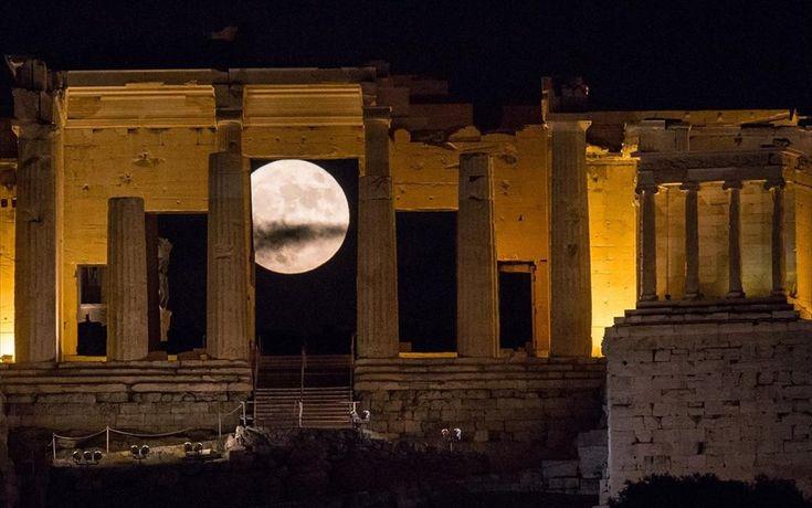 Υπερπανσέληνος - Αθήνα. Η υπερπανσέληνος ανατέλλει πίσω από τα Προπύλαια στο λόφο της Ακρόπολης, Αθήνα, Ελλάδα.
