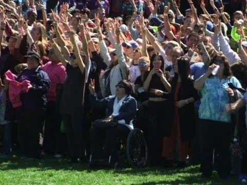 Йоко Оно собрала двухтысячный митинг в честь 75-летия Леннона. Видео - http://russiatoday.eu/joko-ono-sobrala-dvuhtysyachnyj-miting-v-chest-75-letiya-lennona-video/ Девятого октября покойному основателю легендарных The Beatles Джону Леннону могло бы исполниться 75 лет. Вдова музыканта отметила эту дату в компа�