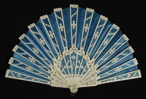 Vouwwaaier met gesneden benen montuur en waaierblad van blauw satijn aan de voorzijde en wit zijde aan de achterzijde | Modemuze