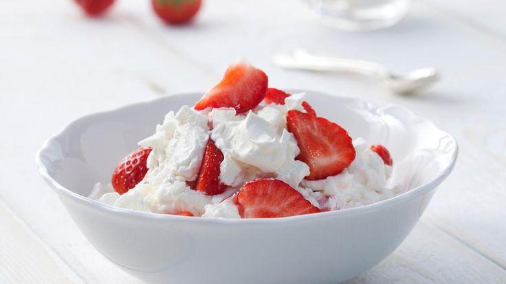 Eton mess | Schmeckt nicht nur den Schülern vom Eton College: Eton mess - ein köstliches Durcheinander aus Erdbeeren, Baiser und aufgeschlagener Rama Cremefine.