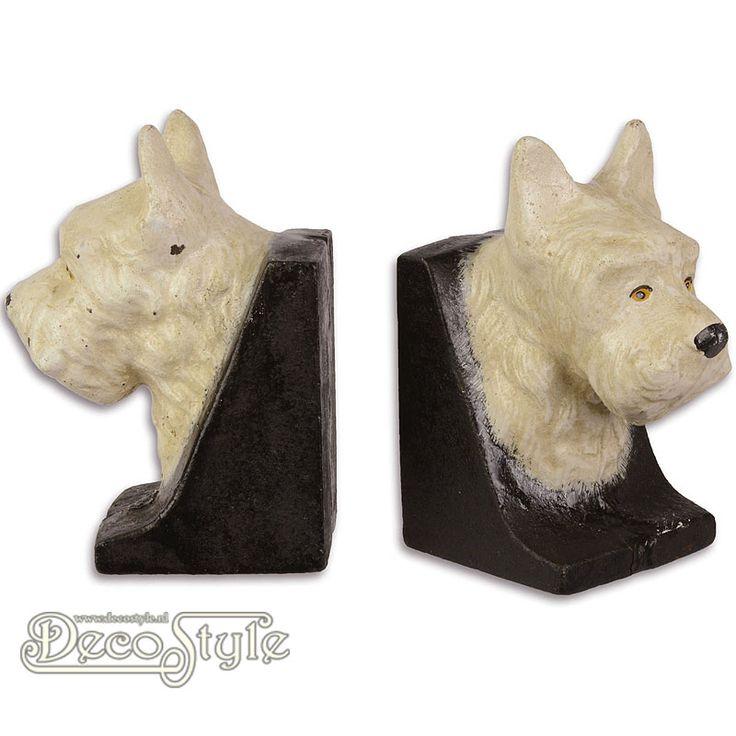 Gietijzeren Boekensteunen - Schotse Terrier  Set Gietijzeren boekensteunen met koppen van een Schotse Terrier. De Schotse Terriers staan op een voet. Materiaal: Gietijzer Kleur: Zwart / Wit Afmetingen per steun: Hoogte: 13.2 cm Breedte: 7 cm Diepte: 9.8 cm A PAIR OF CAST IRON SCOTTISH TERRIER BOOKENDS
