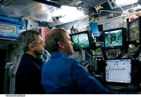 Le belge De Winne, pilote du bras robotisé de la station