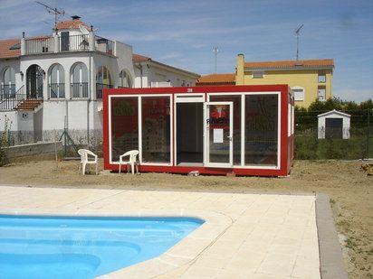 Dos casetas de obra unidas para hacer un vestuario de piscina. Detalles de los cimientos con aglomerado