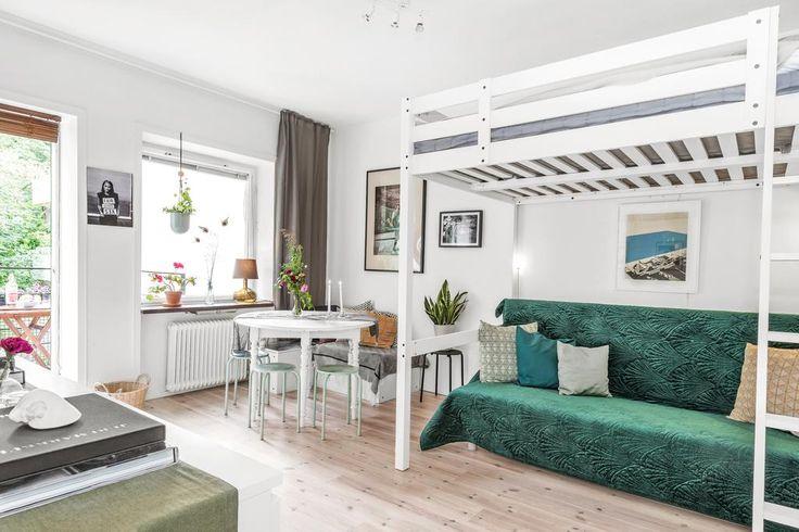 Lättmöblerat rum med plats för både säng, soffa och matbord för 4-6 personer