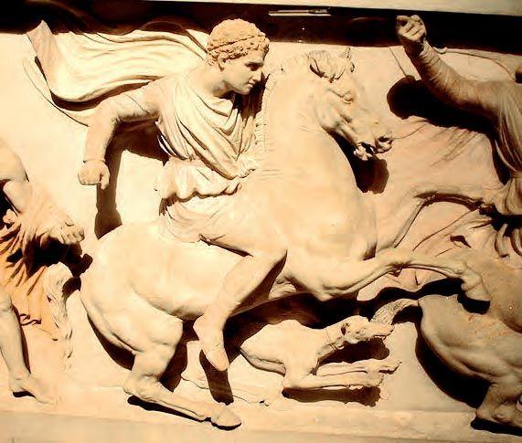 Τμήμα από την ανάγλυφη διακόσμηση της λεγόμενης σαρκοφάγου του Μ. Αλεξάνδρου (τέλη του 4ου αι. π.Χ.). Εικονίζεται έφιππος νέος που έχει ταυτιστεί με το Δημήτριο Πολιορκητή, γιο του Αντίγονου. Ήταν ο σημαντικότερος από τους Επιγόνους - έτσι ονομάστηκαν οι γιοι των διαδόχων τον Μ. Αλεξάνδρου -, με ευστροφία πνευματική και στρατιωτικές ικανότητες. Κατόρθωσε να ανέβει στο θρόνο της Μακεδονίας (294-287 π.Χ.). (Κωνσταντινούπολη, Αρχαιολογικό Μουσείο)