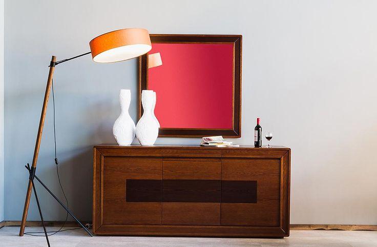 Σετ τραπεζαρίας κατασκευασμένο από φυσικό ξύλο δρυ που αποτελείται από:Τραπέζι διαστάσεων 2,00χ1,00 με ένα φύλλο προέκτασης 45cm.Μπουφές διαστάσεων 1,95χ0,50χ0,90που συνοδεύεται από έναν καθρέπτη διαστάσεων 1,10χ1,10Ο μπουφές διαθέτει 2 ντουλάπια δεξιά και αριστερά, 3 συρτάρια με μηχανισμό push-open στο κέντρο, καθώς και 3 συρτάρια στην κορνίζα, η σκουρόχρωμη επιφάνεια στο κέντρο του μπουφέ είναιαπό φυσικό ξύλο βέγκε. Βιτρίνα σε διαστάσεις 1,00Χ0,45Χ1,95η σκουρόχρωμη επιφάνεια στο κέντρο…