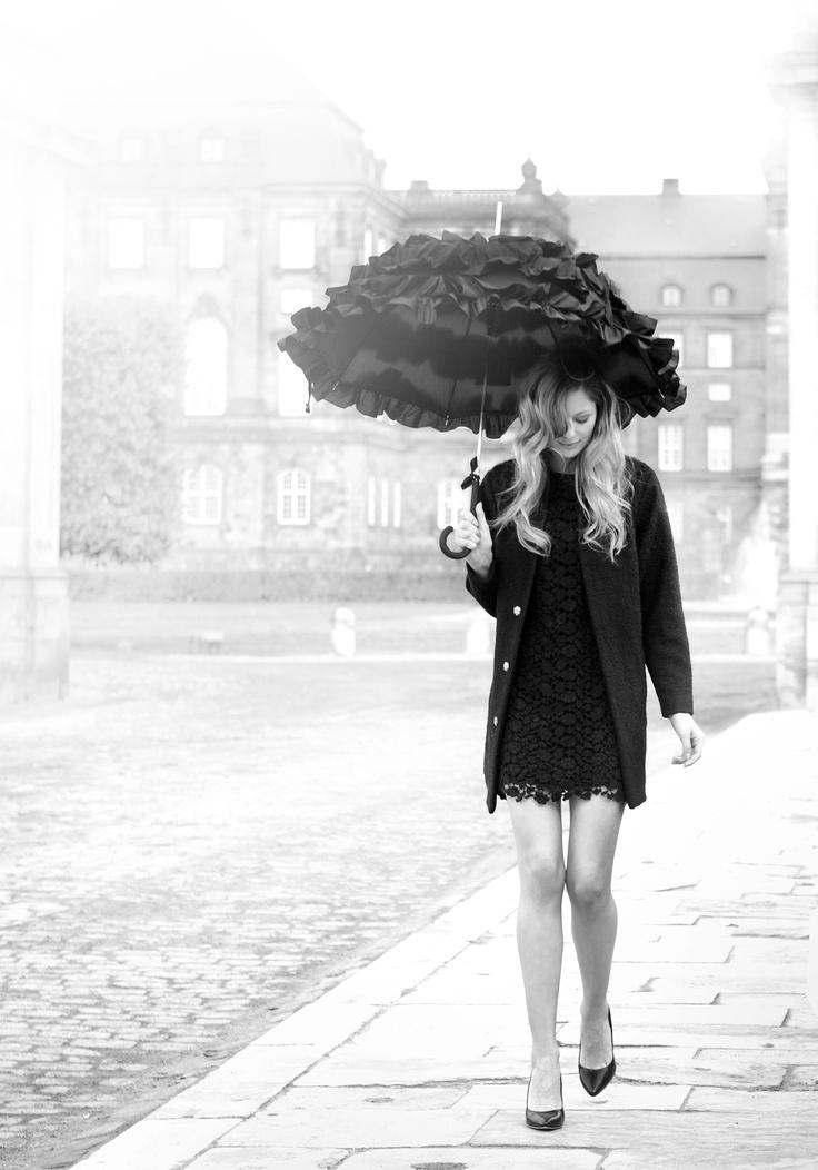 die besten 17 ideen zu black umbrella auf pinterest totenkopf mode und roter regenschirm. Black Bedroom Furniture Sets. Home Design Ideas