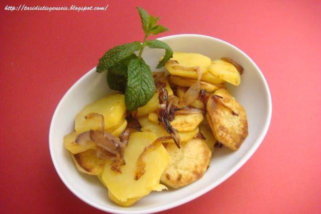 Υλικά  5 μέτριες πατάτες 2 κρεμμύδια Αλάτι Λάδι  Εκτέλεση  Κόβουμε τις πατάτες σε ροδέλες και τα κρεμμύδια σε φετάκια.    Βάζουμε λ...