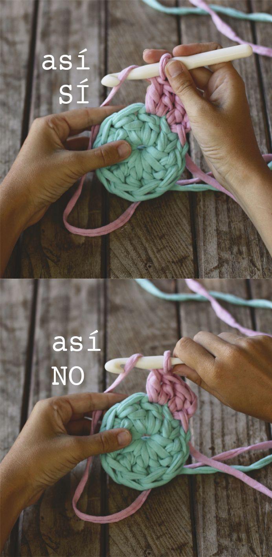 cómo coger la aguja de ganchillo para tejer con trapillo